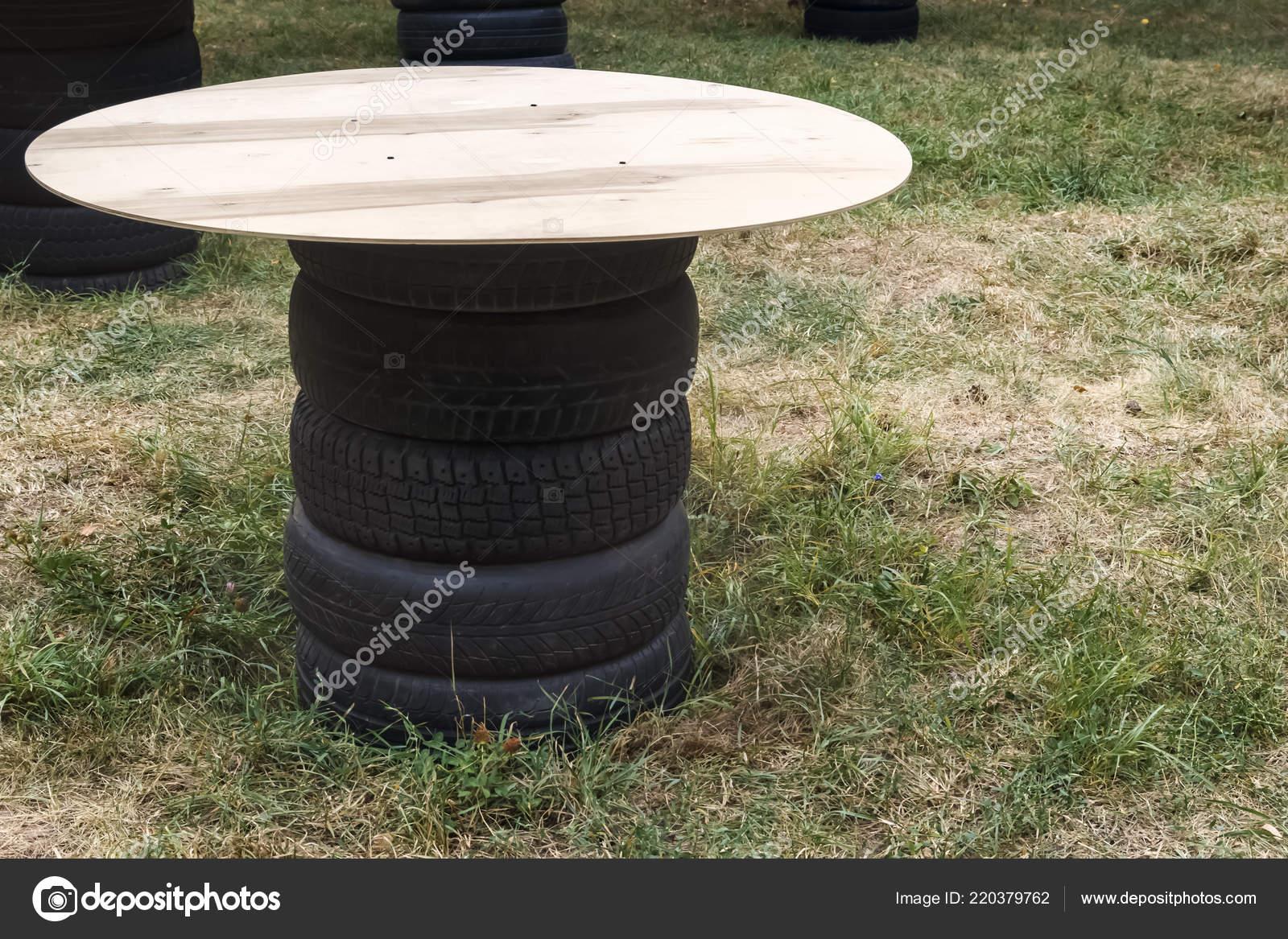 Picknick Tisch Aus Alten Autoreifen Und Sperrholzplatte Textfreiraum