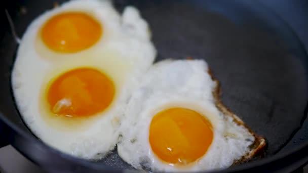 Tři vejce v pánvi na vaření.Vařit v kuchyni.