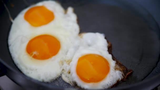 Vařící omeleta v pánvi.