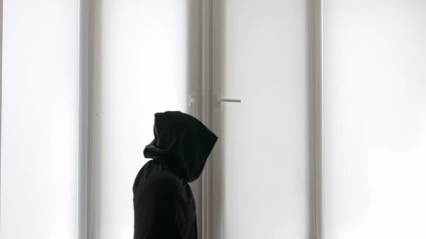 Mystický muž v černém plášti s kapucí, v hrozném pytli. Smutná smrtka, samotná smrt, strašlivý horor záběru Smraďocha.