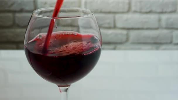 Öntsön vörösbort egy borospohárba.