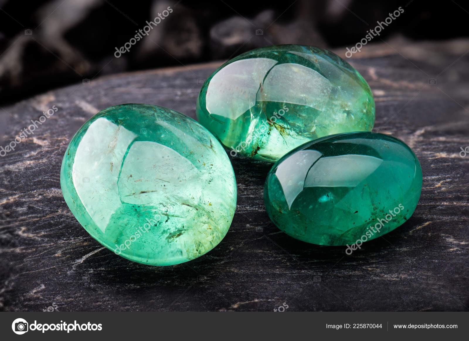 Foto gemma smeraldo gioielli con pietre nere scure illuminazione