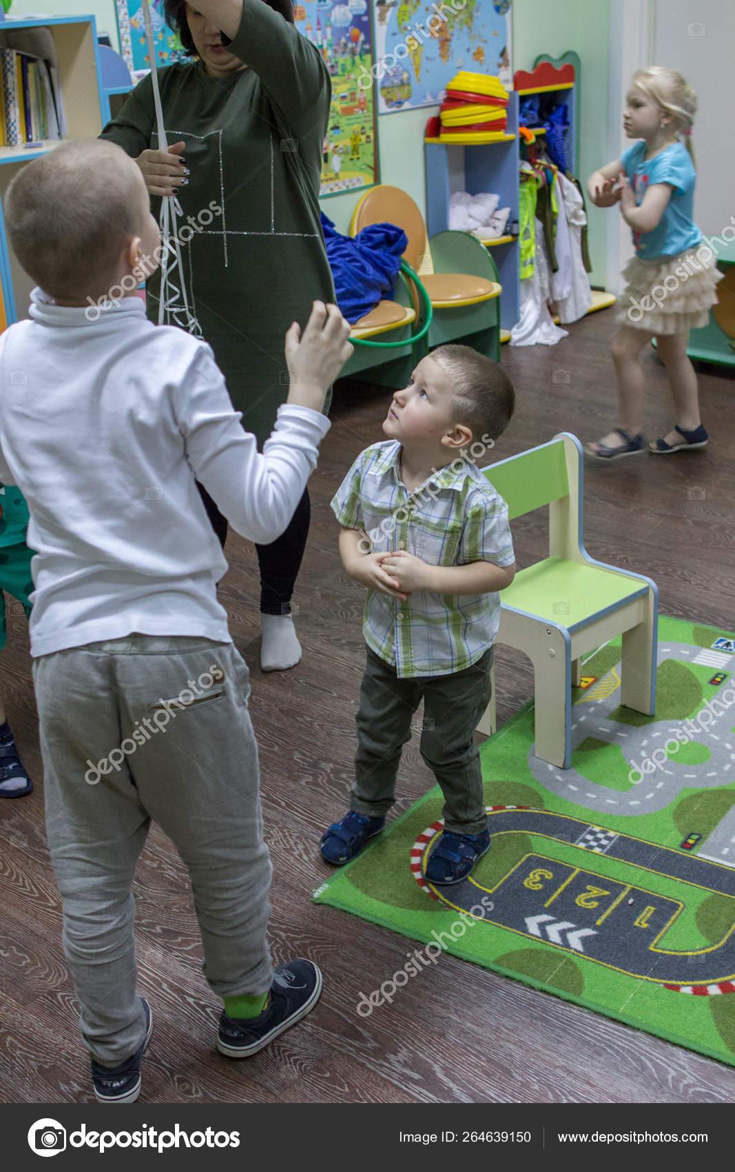 2019 Moscú Rusia Los Niños Van Casa Niños Escuela Feliz ...