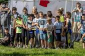 2019.06.01, Moskva, Rusko. Děti sledují bitvu dvou týmů. Mladí fanoušci ve sportivním soupeření. Den ochrany dětí.