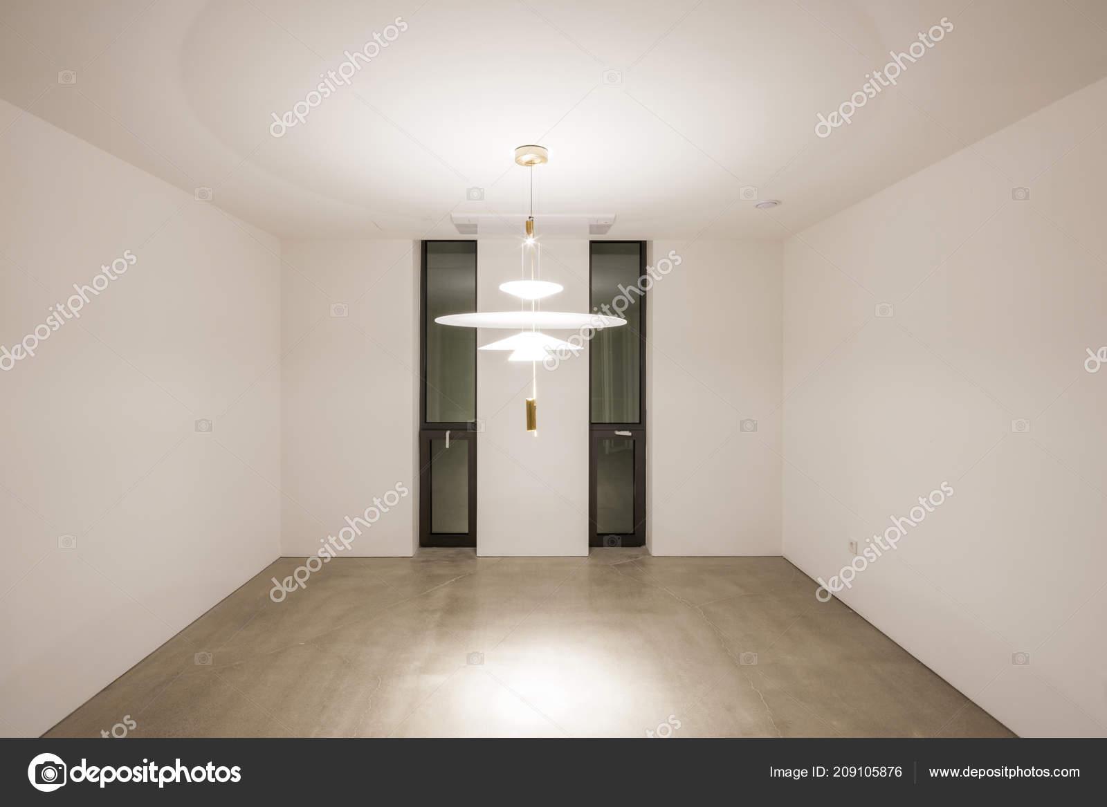 Ufficio vuoto con illuminazione soffitto interno bianco u foto
