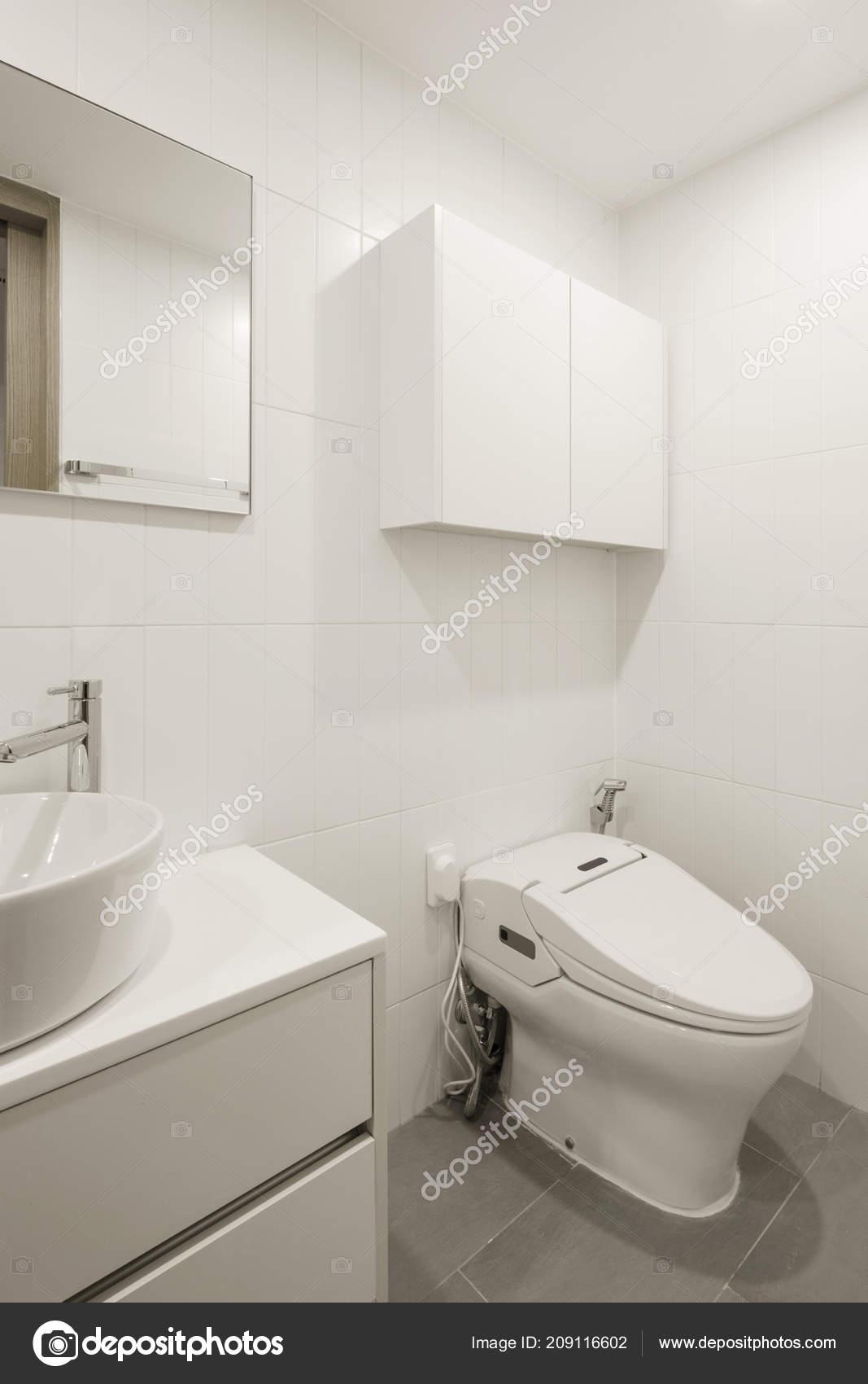 Weißes Badezimmer   Weisses Badezimmer Mit Innenraum Stockfoto C Earlyspring 209116602