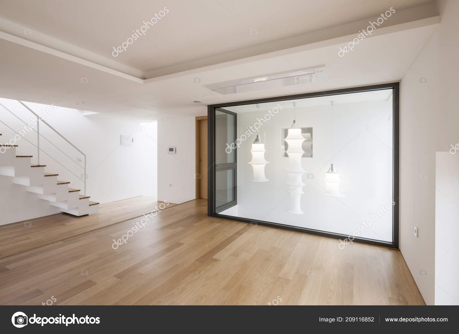 Witte lege woonkamer met trap houten vloer u2014 stockfoto © earlyspring