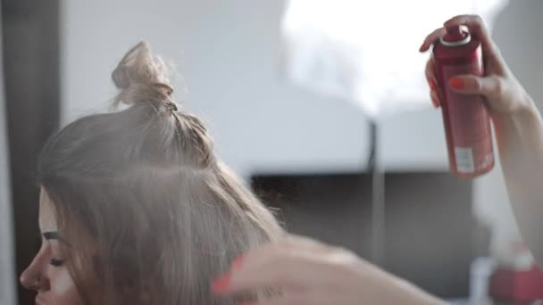 Sprej na vlasy spreje kadeřní Zenske vlasy, takže proces tvorby účes v salonu krásy