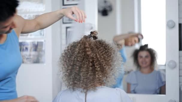 Friseur Macht Lockige Afro Frisur Für Die Frau Von Heißen Curling
