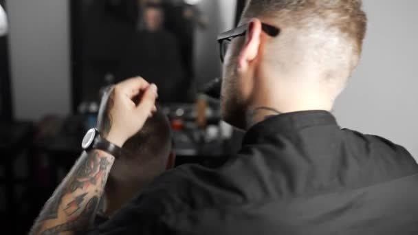 Fodrász haj kiszárad és hajformázó vevő barber shop teszi, mans fodrász és fodrász, fodrászat és szalon borotválás borotválkozás