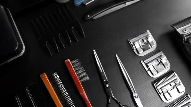 Stilvoller Gerätetisch mit Schere und Trimmer und dunklem Totenkopf beim Friseur, Herstellung von Frisuren, Rasiermesser auf dem Tisch, Rasiersalon
