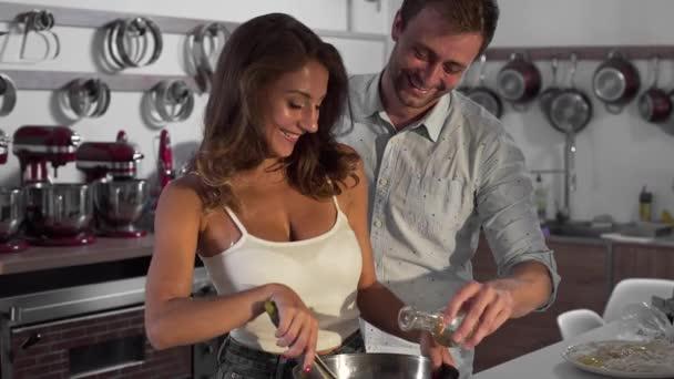Sexy žena a muž, vaříme spolu v kuchyni, rodina doma vaří, lidé jsou vaření v kuchyni