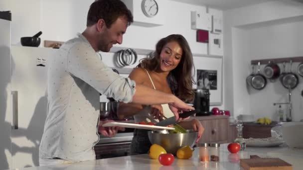 Sexy žena a muž spolu vařit v kuchyni, rodina doma, vaří, vaření v kuchyni