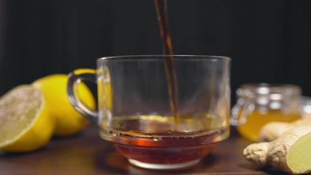 Horký černý čaj nalil sklenici, vitamín čaj s citronem, zázvor a med, pít proti nemoci, horké nápoje