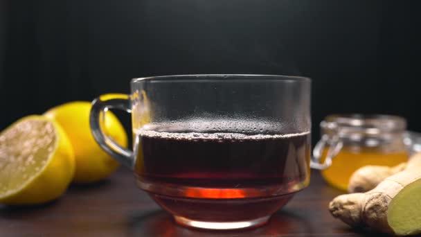 Mléko je přidán do černého čaje ve sklenici, aby anglické čaje, horké nápoje
