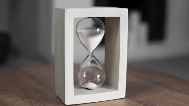 Homokóra a fehér homok a mérési idő, homok, sandglass, homokóra az asztalra, sandglass akcióban