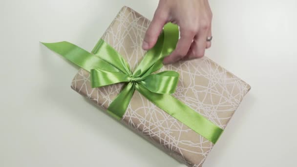Zblízka střílel z rukou Zenske jsou vázání mašlí na krabičce, balení dárky v krásném papíře, diy wraping, 4k Uhd
