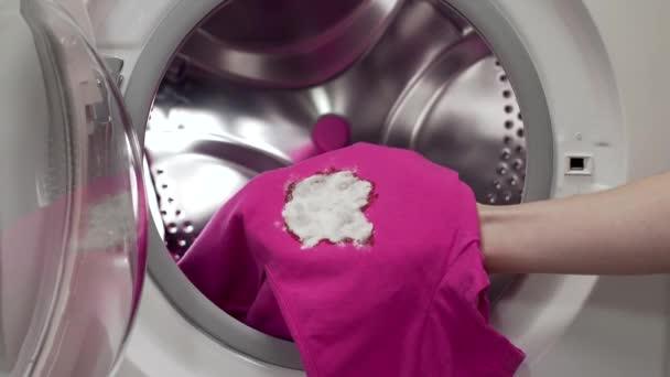 Elhelyezés a piszkos ruhák, a mosógépbe, a mosoda, a washday, segítségével a mosó