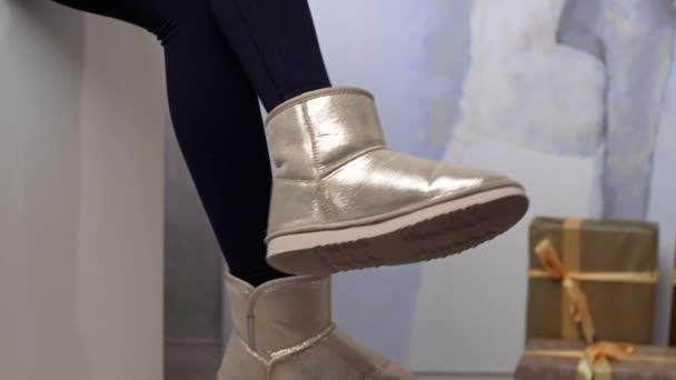 Womans lábak öltözött a téli lábbeli, nő hinták őt láb, meleg öltözött nő, téli ruházat