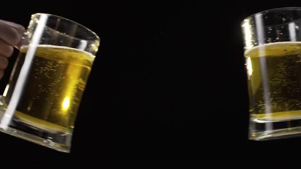 Csengő söröskorsót könnyű arany sör a lassú mozgás, ivott sört, a barátja, buborékok a sör, pirítós, sörözővel, Fullhd 60fps