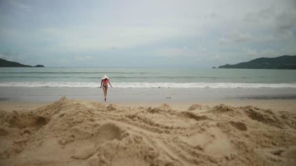 Krásná dívka se těší letní dovolenou u moře přichází do moře. Cestování dovolená šťastná žena v bikinách