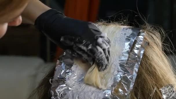 kadeřnice vlasy barvení pro mladou ženu. Krása, účes a lidé koncept. Zpomalený pohyb