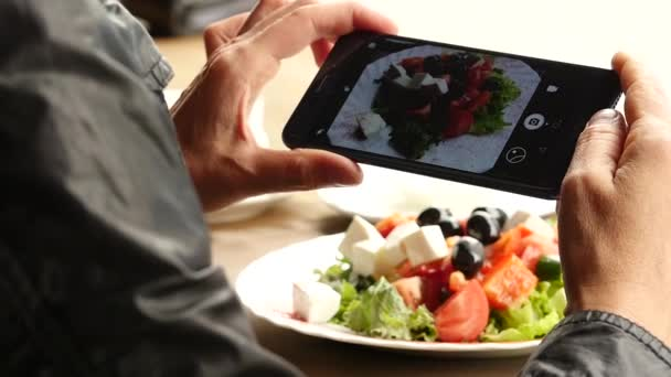 Žena ve venkovní kavárně trvá obrázek potravin zeleného salátu a šálek kávy. Zpomalený pohyb
