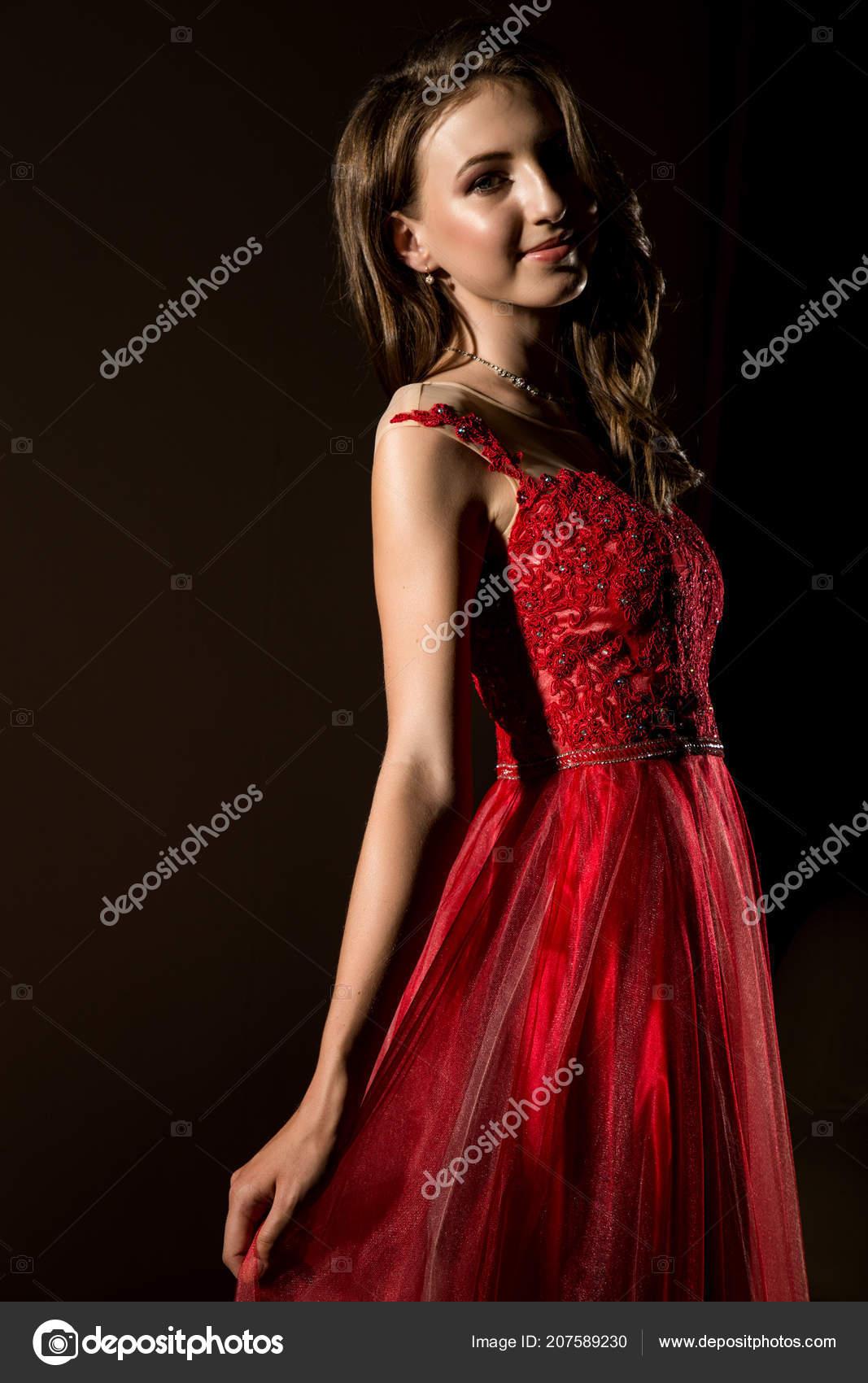 5d71a2ade Sensual bella mujer posando en vestido rojo de cuarto oscuro — Foto de  sandy-che.yandex.ru
