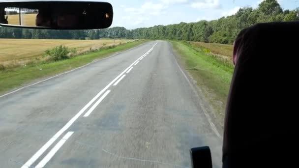 pohled z kokpitu autobus na venkovské cestě. Zpomalený pohyb