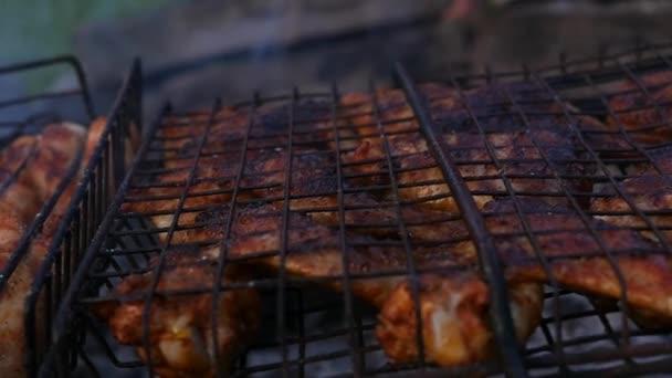 Grill csirke. csirke szárnyak a pörkölt, a grill. lassú mozgás