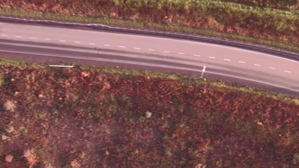 Letecký pohled na silnici highway v podzimní krajině. Les podél cest