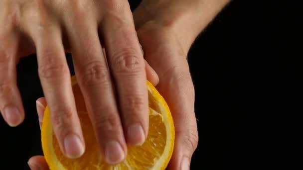 narancssárga gyümölcs imprinting a petting simogató közeli női kéz. utánzás szex