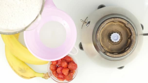 Příprava mandlového mléka koktejl, míchání přísady v mixéru. koncept zdravého životního stylu. 4k
