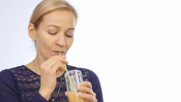 žena pije zdravé mléko koktejl. koktejl ze zeleniny a ovoce. 4k