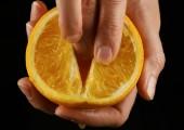 narancssárga gyümölcs imprinting a petting simogató közeli női kéz. utánzás szex.