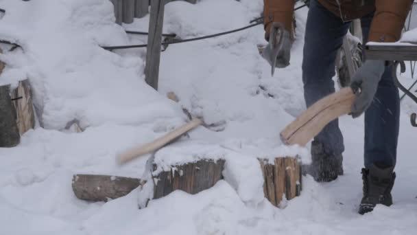 Dřevorubec, štípání dřeva a řezání palivového dříví se starou sekerou. Zpomalený pohyb