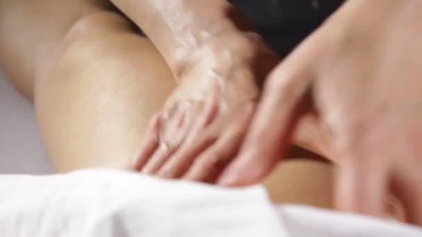 Hände von Osteopathen, die Beine massieren. Fußreflexzonenbehandlung. Massagetherapie und Gesundheitskonzept