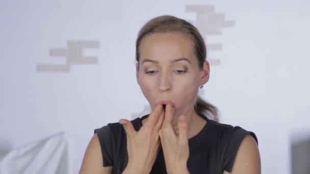 žena provádí antistárnoucí cvičení. gymnastika pro protiskluzový vzhled. samomasáž, protistárnoucí Obličejová masáž v kanceláři