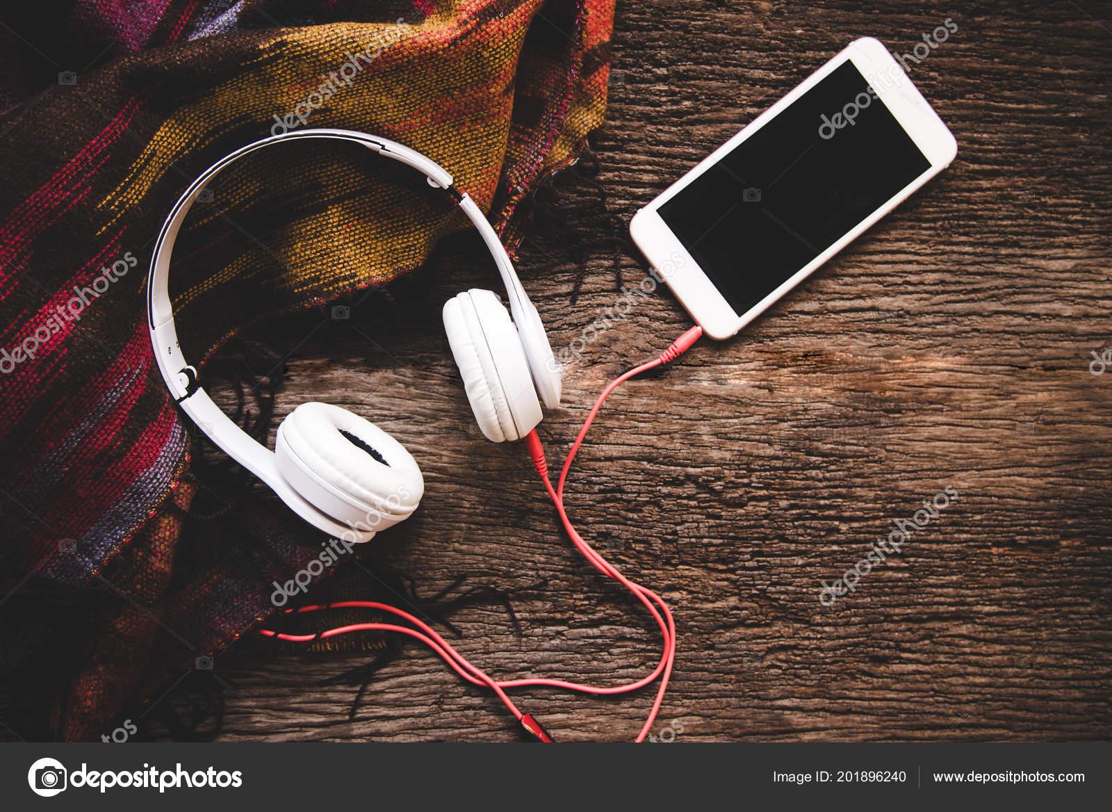 938ef3edf81e Άνετο Χειμώνα Παρασκήνιο Ζεστό Φλιτζάνι Καφέ Marshmallow Και Ακουστικών  Μουσική– εικόνα αρχείου