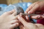 Fotografie Master mit professionellen Instrumenten bei der Pediküre zu tun. Pediküre in Beauty-Salon. Nahaufnahme Konzept