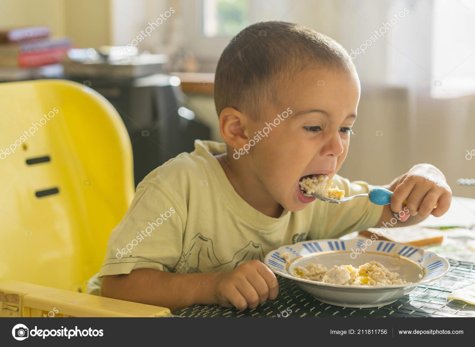 Scrivania Per Bambini 2 Anni : Ragazzo anni mangia porridge tavolo bambini concetto indipendenza