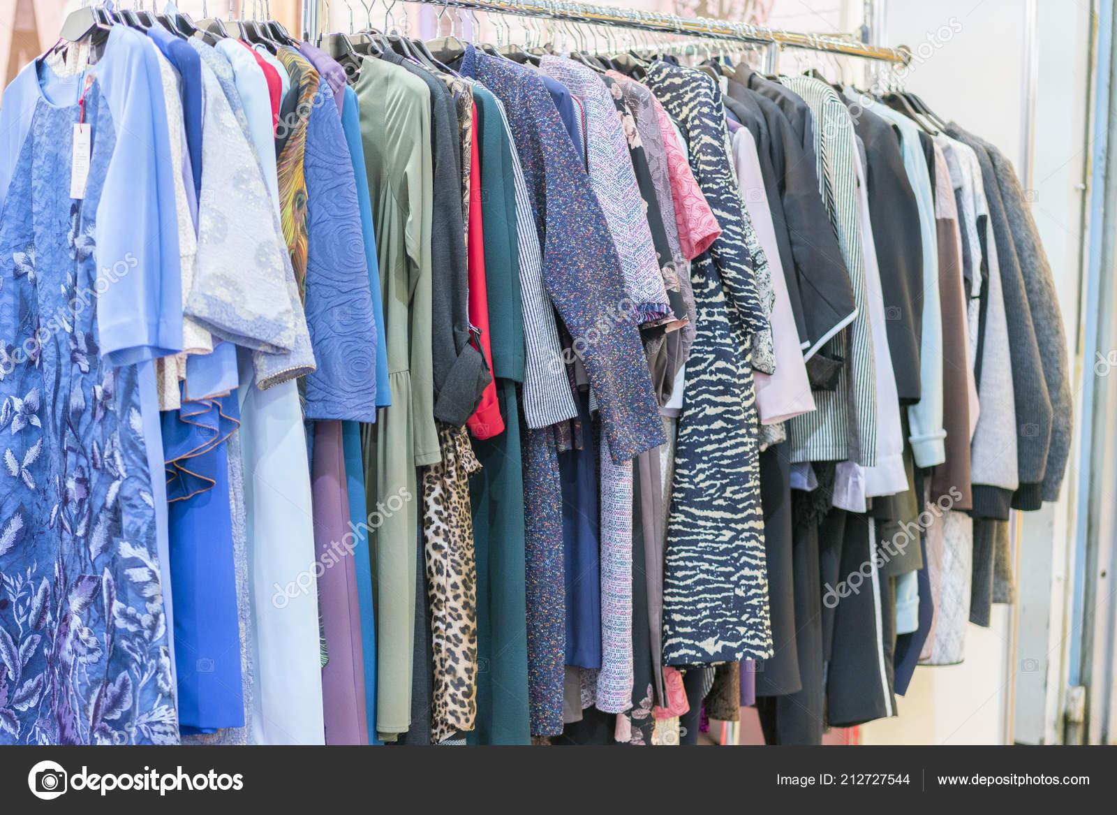 9db5e5302c40 Πολύχρωμα Γυναικεία Φορέματα Στις Κρεμάστρες Ένα Κατάστημα Λιανικής Πώλησης  Μόδα — Φωτογραφία Αρχείου