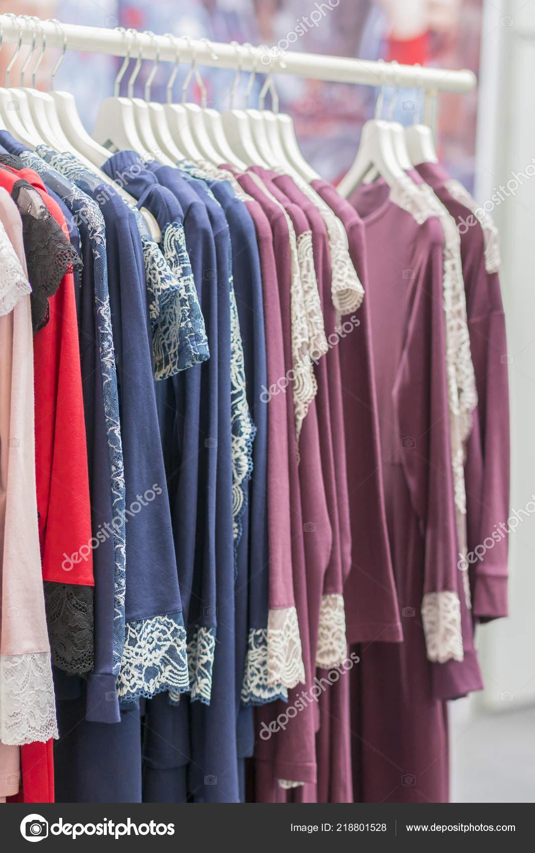 2399e855c Ropa ventas por menor concepto. Pijamas de las señoras en ganchos de ropa  de la tienda. Pijama en tienda. Publicidad