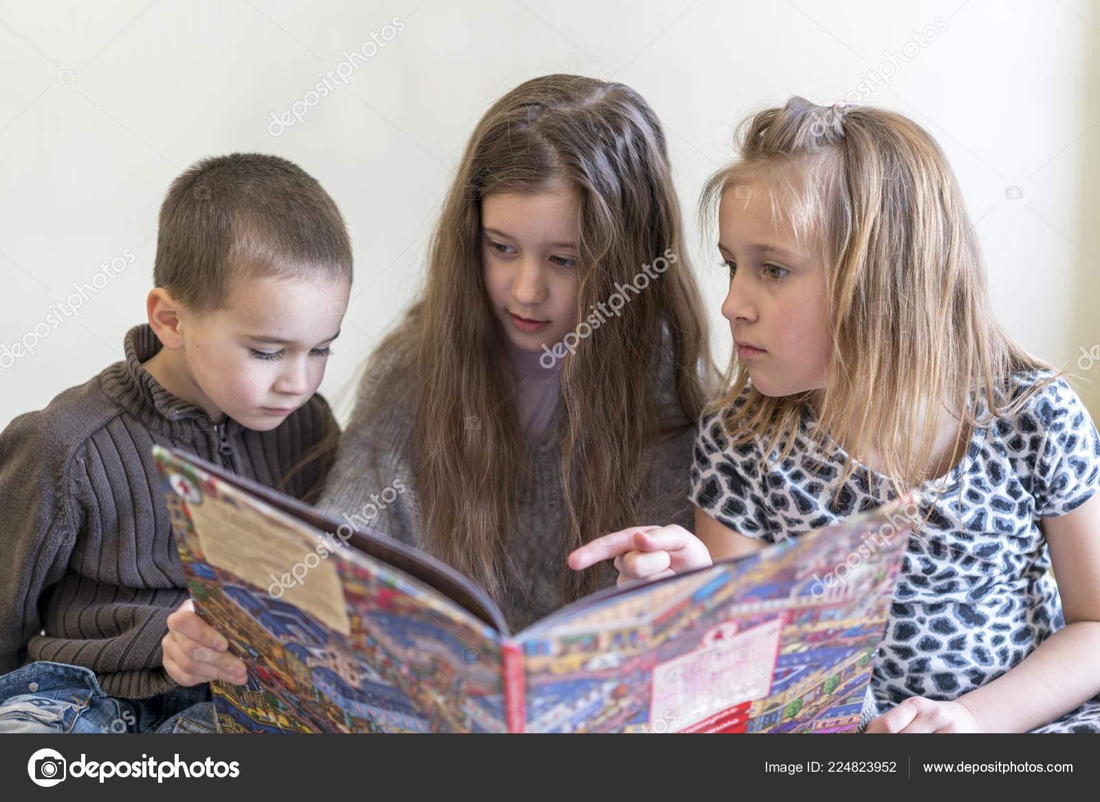 Сестра читала книгу а брат начал приставать, Сестра пристаёт к брату -видео. Смотреть Сестра 21 фотография