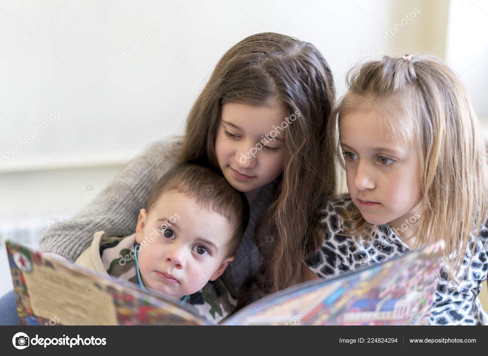 Сестра читала книгу а брат начал приставать, Сестра пристаёт к брату -видео. Смотреть Сестра 22 фотография