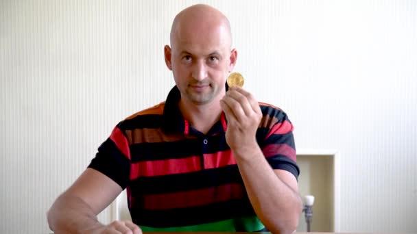 Holohlavý muž zobrazující bitci a dolary, koncept choty.
