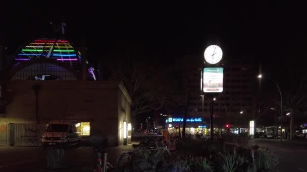 Verkehr am nollendorfplatz in berlin in der nacht