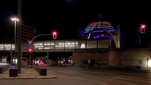 Zeitraffer: Verkehr am U-Bahnhof nollendorfplatz in berlin in der Nacht