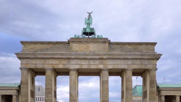 Touristen am Brandenburger Tor in Berlin, Deutschland im Sommer, Vergrößerung