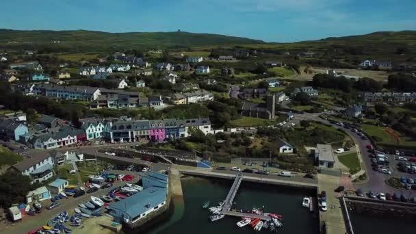 Letecký pohled na pobřežní vesnice v Baltimore, West Cork v Irsku